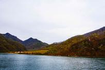 丹东宽甸青山湖与对岸群山建筑