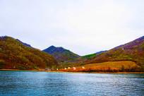 丹东宽甸青山湖与对岸山峰建筑