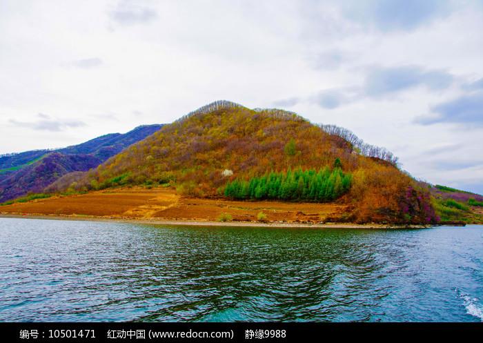 丹东宽甸青山湖与山峰绿树林图片