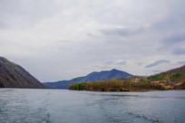 丹东宽甸青山湖与树林洋房山峰