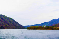 丹东宽甸青山湖与树木洋房群山