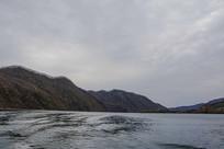丹东宽甸青山湖与一侧群山山脉