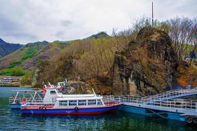 丹东宽甸青山湖湖岸山峰与游艇