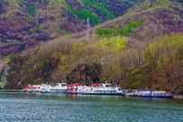 丹东宽甸青山湖湖岸游艇与山林
