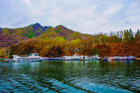 丹东宽甸青山湖与连绵山峰游艇