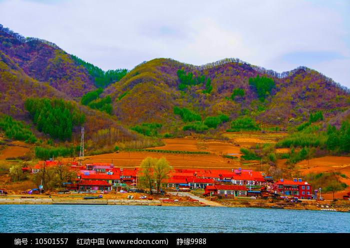 丹东宽甸青山湖与农家院建筑群图片