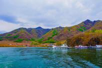 丹东宽甸青山湖与山峰民房游艇