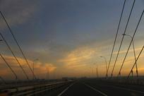 拍摄霞光中大桥