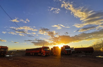 夕阳下的卡车
