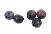 五颗新鲜红紫美味葡萄