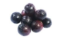 一堆组合的黑紫大葡萄