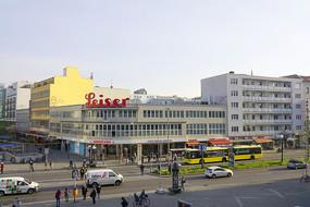 柏林清晨的道路和公交车站台