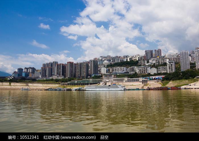 长江之滨的巫山县城图片