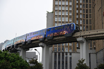 穿行在高楼间的重庆轨道列车