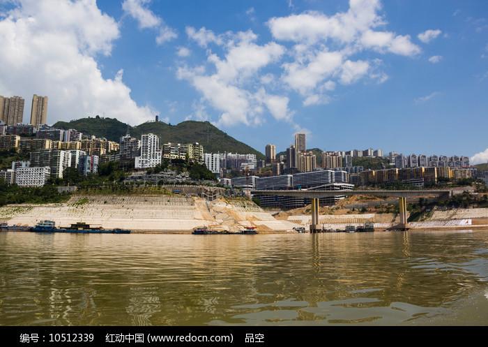 蓝天下的巫山县城图片