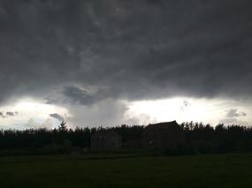 雷雨天乡村剪影