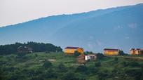 山顶上的小木屋风景图