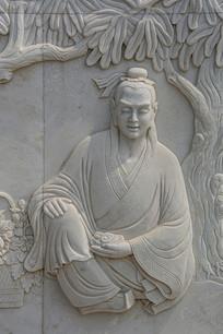 修道成仙前蓝采和坐在树下壁雕