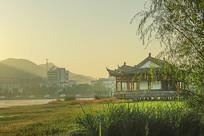 晨光中的中式建筑