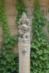 拴马桩猴骑狮子雕像