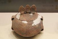 四坝文化三矛形钮盖彩陶罐