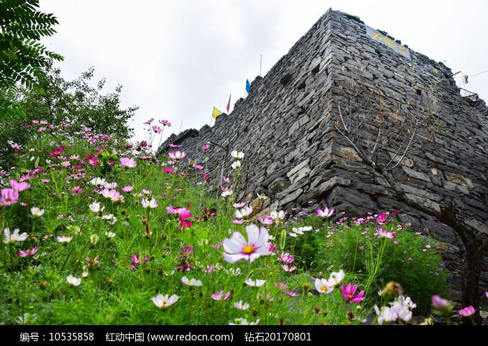 山顶的石佛寺石头墙图片