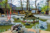 水池莲花上的金蟾左侧铜雕像