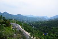 山坡上的柏油路