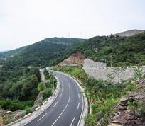 山腰上的柏油大道