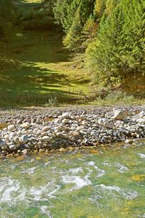 阿坝州高原河谷清澈的河流