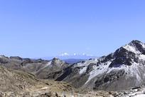 青藏高原群山及远处的雪山山峰