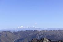 青藏高原群山万壑及远处的雪山