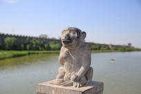 摘桃猴子石雕像