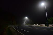 薄雾中的灯光