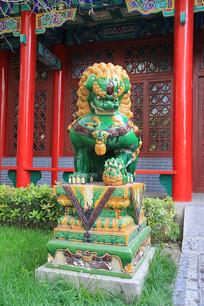 绿釉狮子石雕