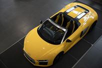 黄色奥迪跑车