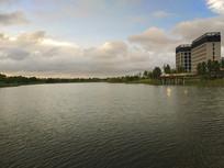 夕阳下金色湖面