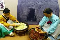 朝鲜族制作韩国泡菜场景雕塑