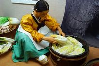 朝鲜族制作泡菜场景雕塑