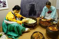 韩国家庭制作韩国泡菜场景雕塑