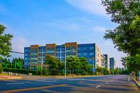 鞍山职教城建筑大楼与柏油公路