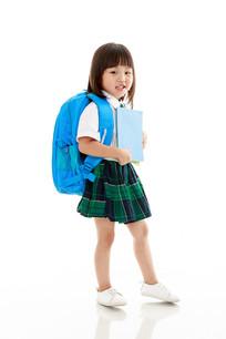 背书包抱书的小女孩
