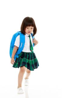 背着书包的小女孩