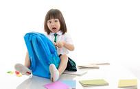 打开书包吃惊的小女孩