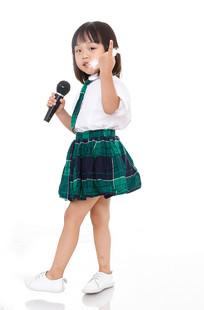拿着话筒伸着手指讲话的小女孩