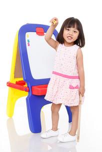 手拿数字玩具的小女孩