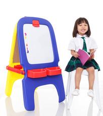 小女孩坐在白色凳子上高兴看书