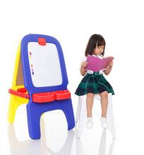 小女孩坐在凳子上看书