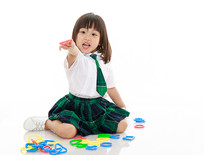 坐地上玩耍的小女孩