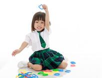 坐地上玩玩具的小女孩